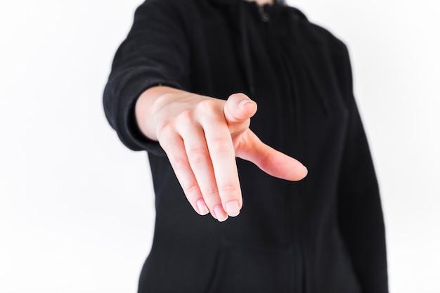 Primo piano di una persona che punta le dita