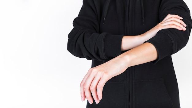 Primo piano di una persona che soffre di dolore in mano