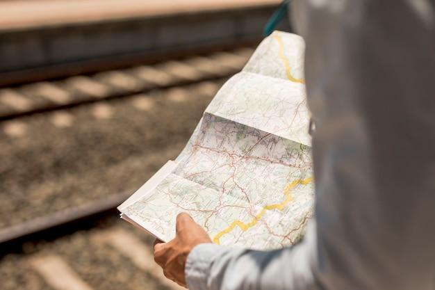 Primo piano di una persona che tiene una mappa