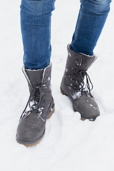 Primo piano di una persona in piedi nella neve durante la stagione invernale