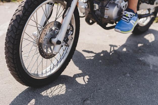 Primo piano di una persona in sella a una moto