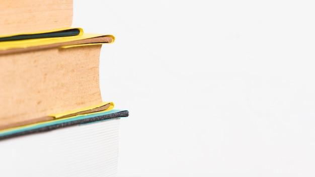 Primo piano di una pila di libri