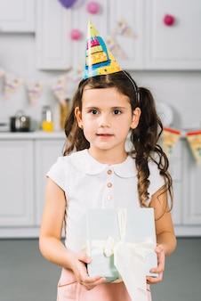 Primo piano di una ragazza carina con regalo di compleanno