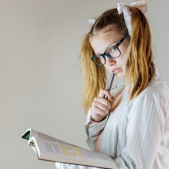 Primo piano di una ragazza con un quaderno