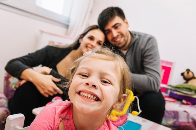 Primo piano di una ragazza felice davanti ai suoi genitori