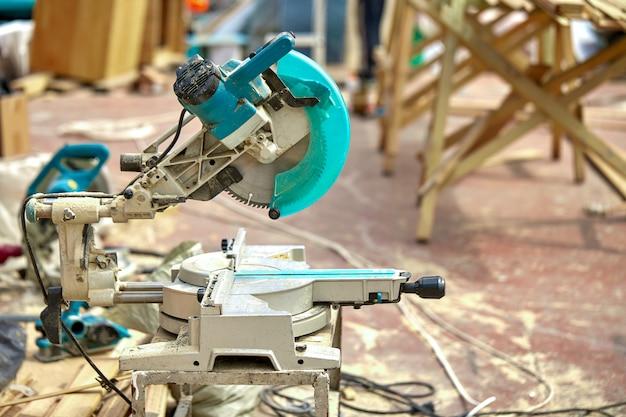 Primo piano di una sega circolare laser in un cantiere. prodotti casa e giardino e produzione. strumento di costruzione.