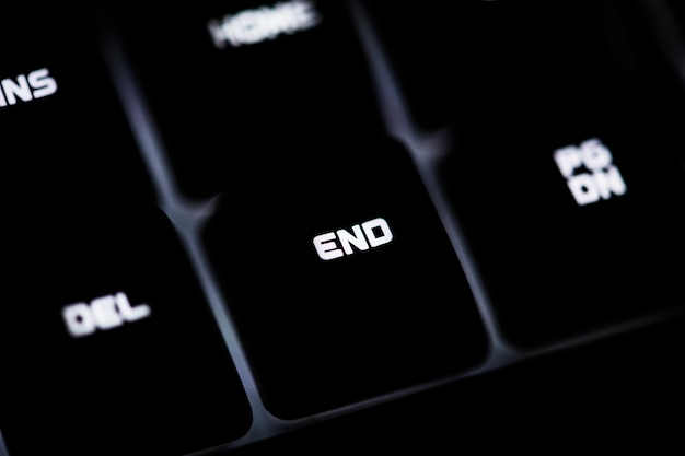 Primo piano di una tastiera di computer nera e del bottone di fine