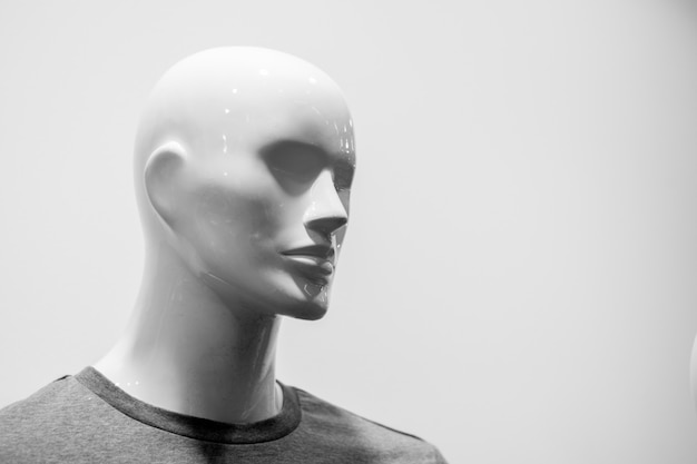 Primo piano di una testa di manichino di plastica. bianco e nero