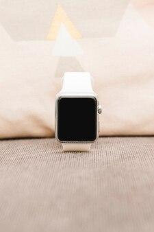 Primo piano di uno smartwatch con schermo vuoto