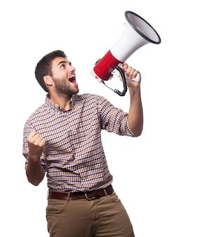 Primo piano di uomo bello, che urla nel megafono