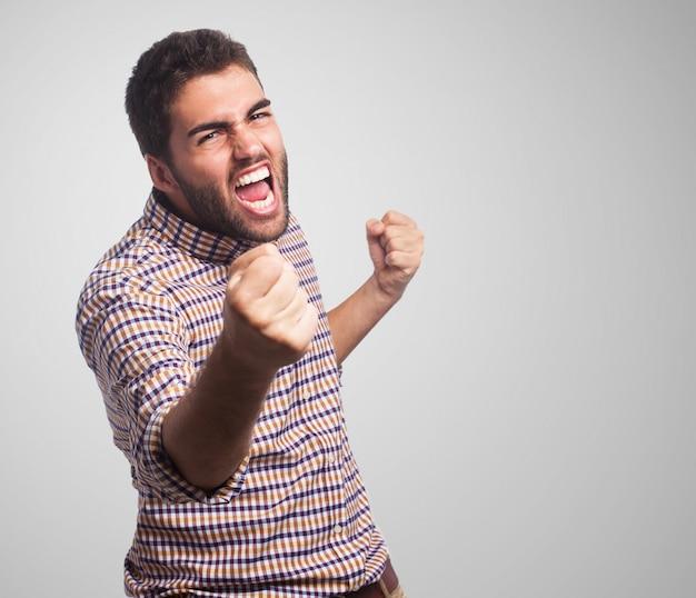 Primo piano di uomo con la faccia arrabbiata, che iniziare a combattere con i pugni