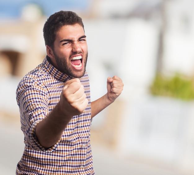 Primo piano di uomo con la faccia arrabbiata, che iniziare a combattere