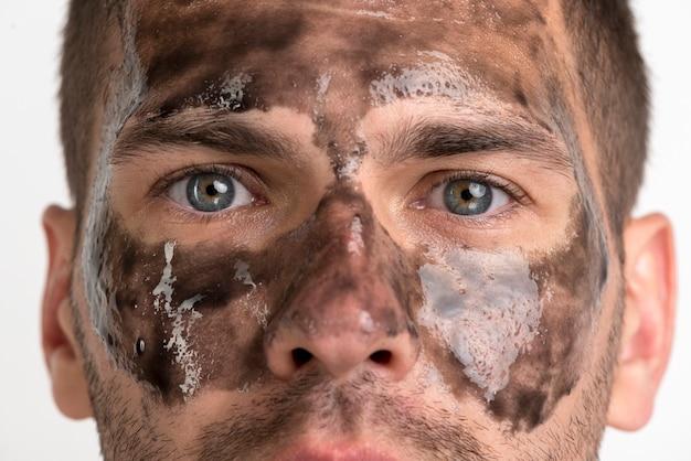 Primo piano di uomo con maschera nera sul viso