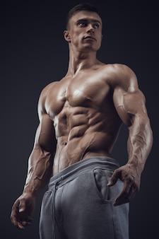 Primo piano di uomo muscoloso atletico
