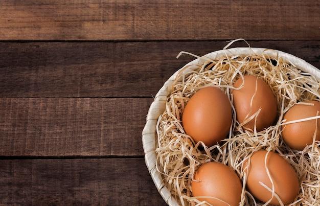 Primo piano di uova di gallina marrone fresche
