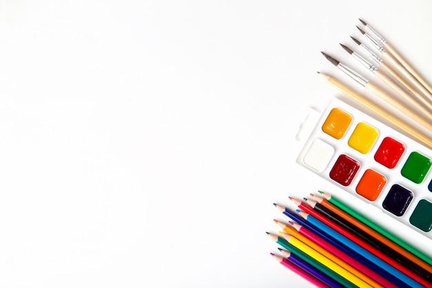 Primo piano di vari oggetti scolastici