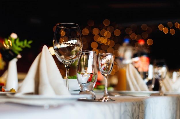 Primo piano di vari vetri che stanno sulla tavola di nozze