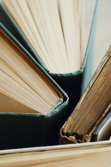 Primo piano di vecchi libri, concetto di letteratura