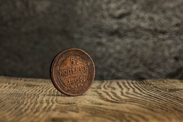 Primo piano di vecchia moneta russa su una tavola di legno.