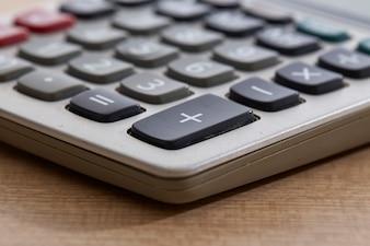 Primo piano di vecchio calcolatore sporco sulla Tabella