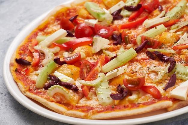 Primo piano di verdure vegetariano fresco della pizza