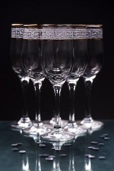 Primo piano di vetri eleganti trasparenti sul tavolo riflettente