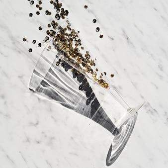 Primo piano di vetro con il concetto di glitter