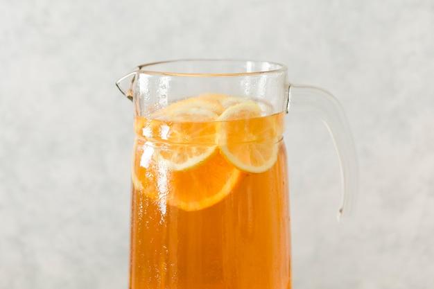 Primo piano di vetro con le fette e la bevanda del limone