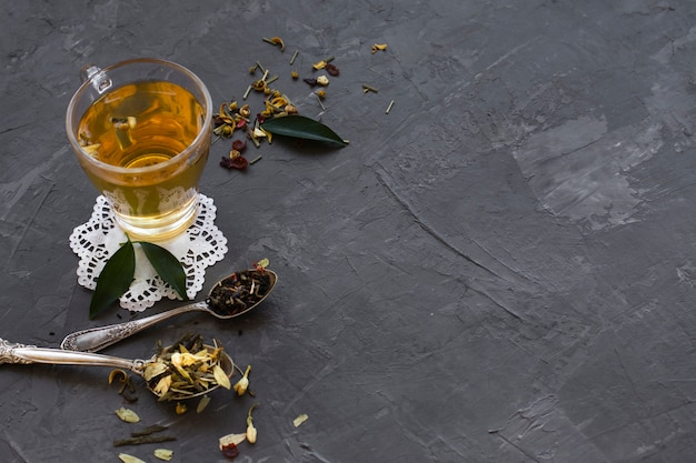 Primo piano di vetro con tè e spezie