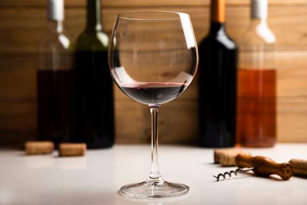Primo piano di vetro con vino rosso