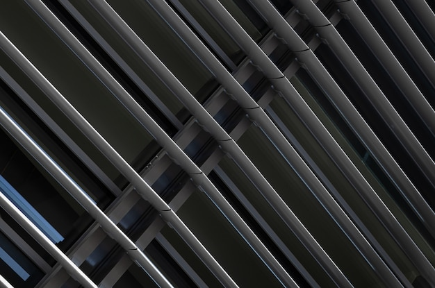 Primo piano di vista angolare della struttura delle travi di metallo grigio scuro in frammento di costruzione
