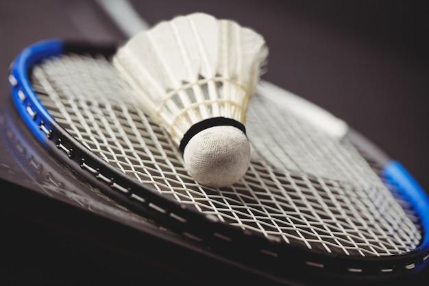 Primo piano di volano e racchetta da badminton