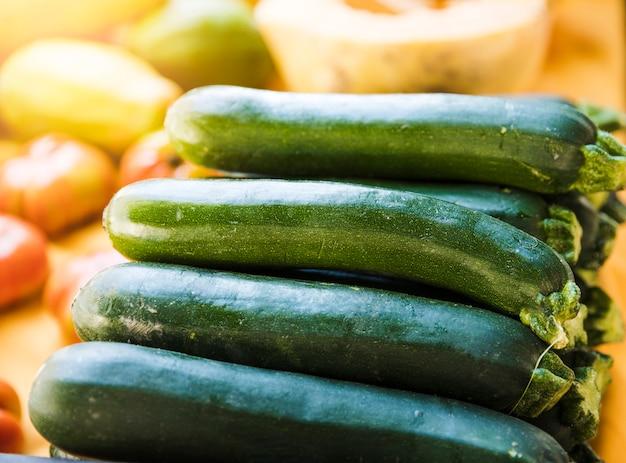 Primo piano di zucchine fresche di fattoria verde picchettato per la vendita