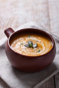 Primo piano di zuppa di verdure appetitoso