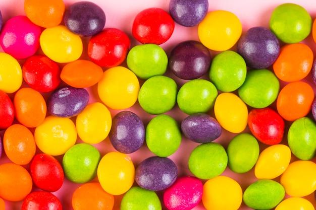 Primo piano estremo di caramelle colorate