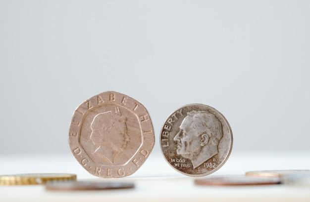 Primo piano faccia a faccia della moneta britannica e della moneta usa per effetto cambio dalla crisi brexit.