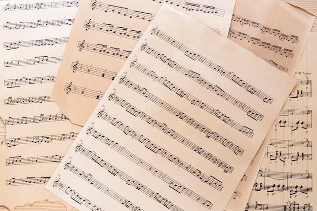 Primo piano foglio di musica con note