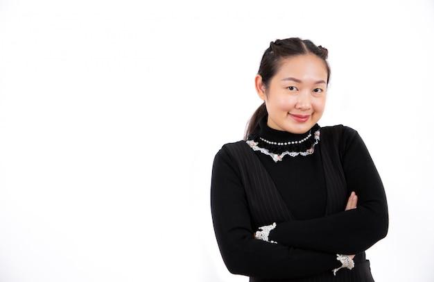 Primo piano forte di bello stile asiatico della giovane donna del ritratto forte su bianco
