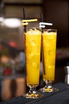 Primo piano freddo del cocktail su una priorità bassa vaga.