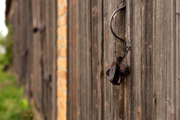 Primo piano grande cancello di legno e legno secco. plancia di legno