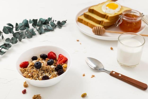 Primo piano gustosa colazione pronta per essere servita