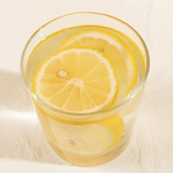 Primo piano gustoso bicchiere di limonata