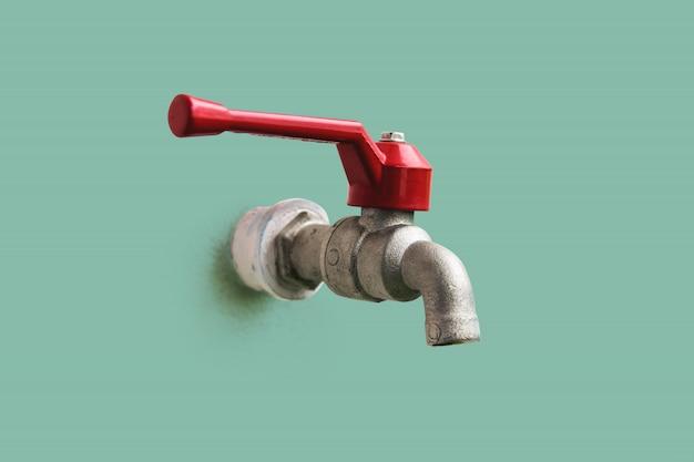 Primo piano il rubinetto, maniglia rossa incorporata