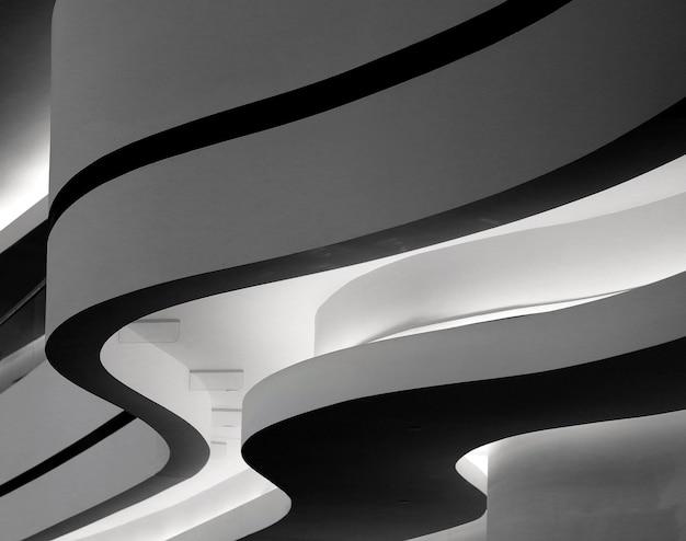 Primo piano in scala di grigi di un edificio con curve curve a berlino, germania