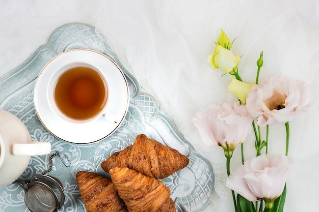 Primo piano inglese dei croissant e del tè