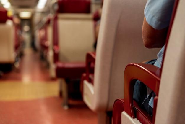 Primo piano interno del treno con fondo vago