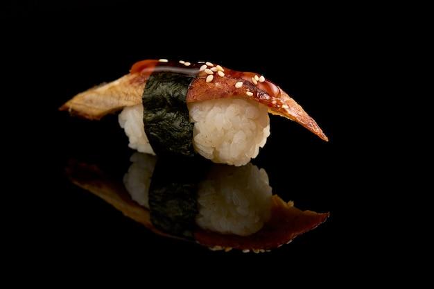 Primo piano isolato dei sushi