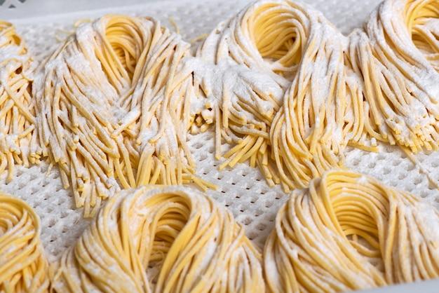 Primo piano italiano crudo fatto fresco degli spaghetti