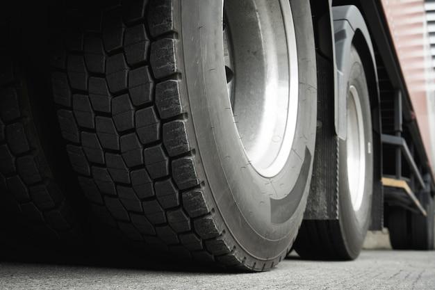 Primo piano le gomme del camion, trasporto di camion del settore merci