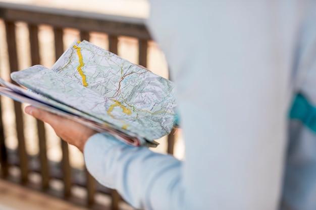 Primo piano mappa tenuto da una persona
